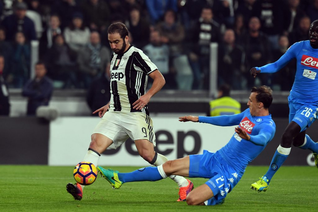 H6J827 Juventus Stadium, Turin, Italy. 29th Oct, 2016. Serie A Football. Juventus versus Napoli. Vlad Chiriches prevents Gonzalo Higuain from kicking to goal © Action Plus Sports/Alamy Live News