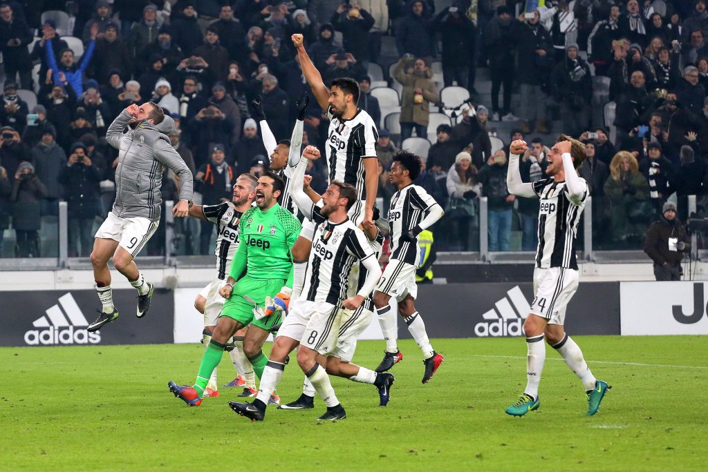 HE8G5A Turin, Italy. 17th Dec, 2016. Juventus Stadium, Turin, Italy - 17/12/2016: Juventus' players celebrate after their win over AS Roma. Juventus wins 1-0 over Roma. © Massimiliano Ferraro/Pacific Press/Alamy Live News