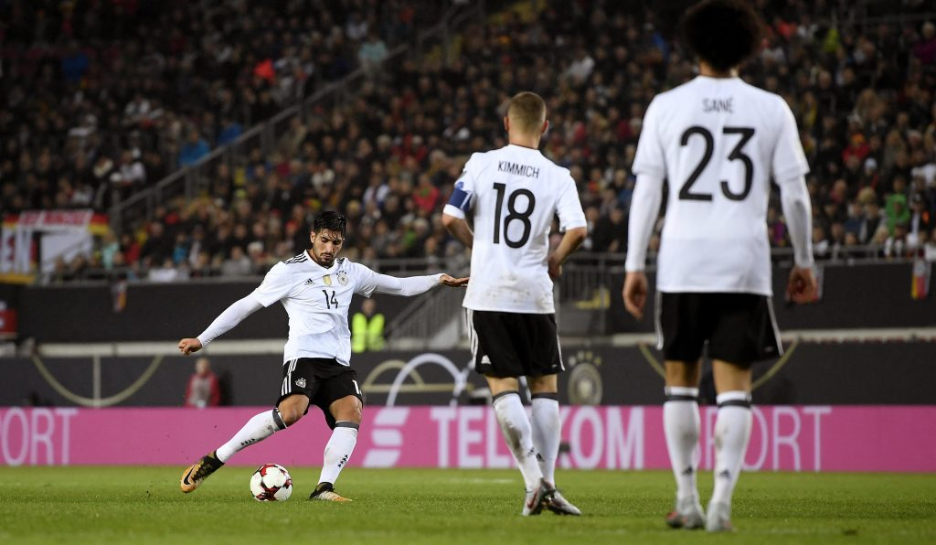 KD0RR8 Kaiserslautern, Deutschland. 08th Oct, 2017. Emre Can (Germany) trifft zum 5:1 GES/ Fussball/ WM Qualifikation: Germany - Aserbaidschan, 08.10.2017 Football/Soccer: WC qualification: Germany vs. Azerbaijan, Kaiserslautern, October 8, 2017 |usage worldwide Credit: dpa/Alamy Live News